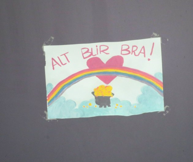 – Barn har tegnet regnbuen og skrevet «Alt blir bra». Gir vi et håp til barna, eller falske forhåpninger? FOTO: NTB/SCANPIX