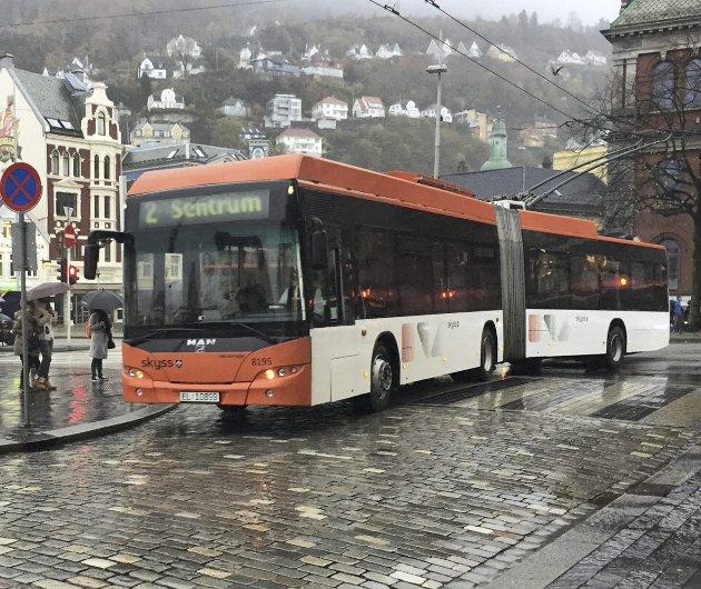 – Alt annet fra 50-tallet er i ferd med å forsvinne fra bybildet. Men trolleybussene skal leve. FOTO: TOM HJERTHOLM.