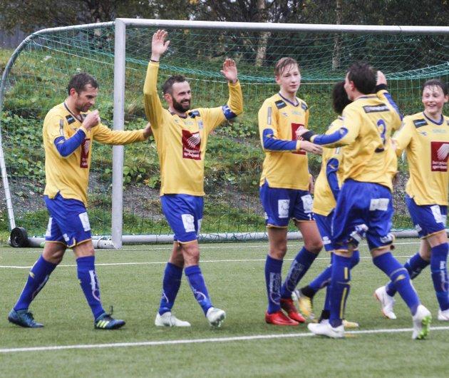 HESA 4. divisjon: Sandnessjøen vant 4-2 over Innstranda på Stamnes Arena. Andre Aleksandersen ble dagens mann med fire scoringer. Her blir han gratulert av lagkameratene etter mål nummer to som var en perle. Foto: Per Vikan