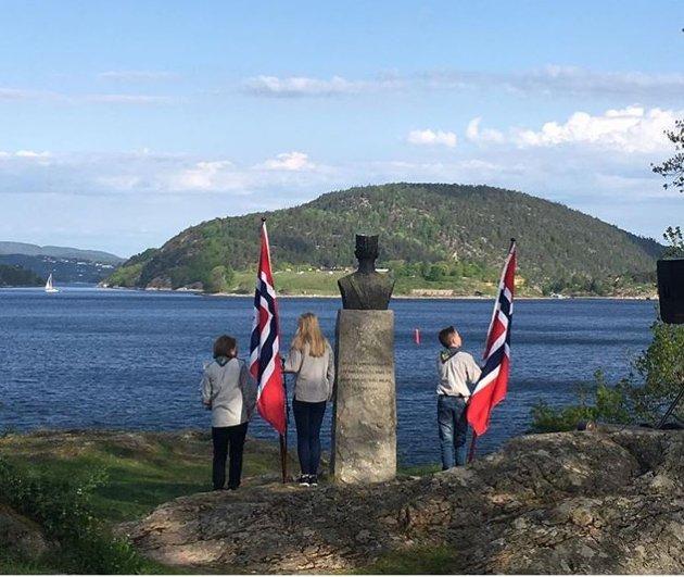 Dette bildet har Nina Granum Lycke delt på Instagram med #amtaland. Her står speiderne ved bysten til oberst Birger Eriksen.