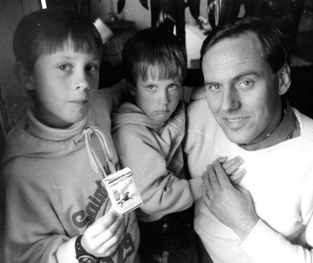 SJOKOLADERØYK: Pappa Svein Erik Andersen på Fjellhamar reagerte sterkt i april 1984 på at sønnen Andreas på 10 år fikk kjøpe sjokoladesigaretter i den lokale butikken. Sjokoladesigaretter ble en stor salgssuksess i årene fra 1984 til 1986.Foto: Morten Sjøli
