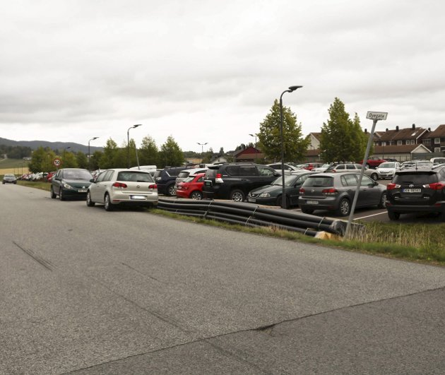 Mange biler: Det er ofte stappfullt på parkeringsplassen ved jernbanestasjonen.