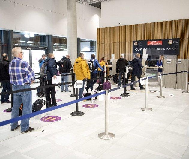 En drøy uke har det vært obligatorisk test for passasjerer fra utlandet. Nå haster det voldsomt med å få tettet det neste «smutthullet», og få testet alle passasjerer som kommer med fly fra Østlandet. Arkivfoto: Anders Kjølen