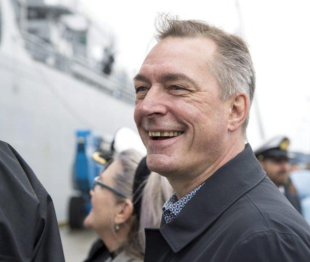 Høyremannen har som forsvarsminister ofte vært i Bergen med godt humør, men bør likevel ikke komme hit som fiskeridirektør. Det ble for mye surr og hemmelighold, og burde aldri blitt en politisk ansettelse. Arkivfoto: Anders Kjølen