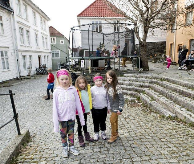 Syvåringene Marte, Kelly, Silje og Leikny synes det er urettferdig at trampolinen deres i Steinkjellerbakken igjen måtte fjernes etter krav fra Bymiljøetaten. Foto: Skjalg Ekeland