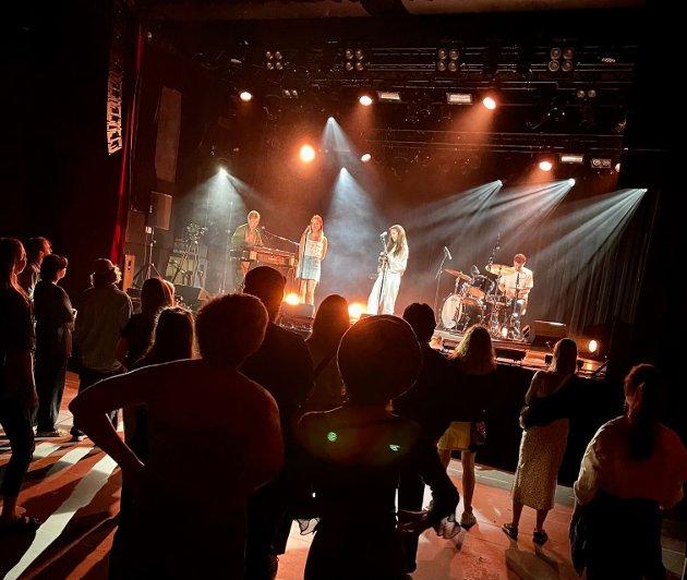 Evigheten foran 50 stående og 200 sittende publikummere mandag kveld denne uken.