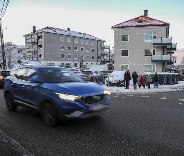 Beboere i Gravdalsveien på Laksevåg har i flere tiår kjempet for å få fotgjengerfelt her hvor mange barn må krysse veien til og fra skole. Veimyndighetene har svart med å innføre forkjørsvei slik at bilene kjører enda fortere.Foto: Marthe Hjelmedal Losnedal