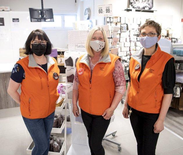 Trioen Brith Bech (fra venstre), Tone Mellingen og Therese W. Olsen jobber på Løiten Lys på Åsane storsenter og kommer fortsatt til å bruke munnbind i butikken. Foto: Anders Kjølen