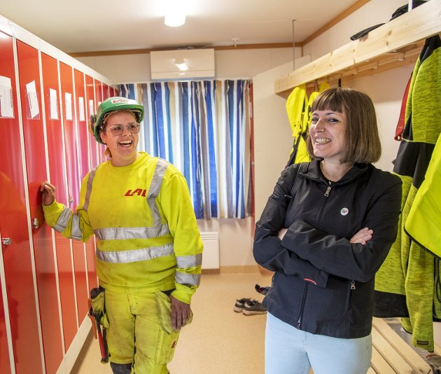 Silje Fondevik (til venstre) er betongarbeider og tømrer, og gleder seg sammen med Sara Bell, leder for Fagforbundet i Bergen, over at egne damegarderober nå er blitt en del av overenskomsten. Foto: Eirik Hagesæter
