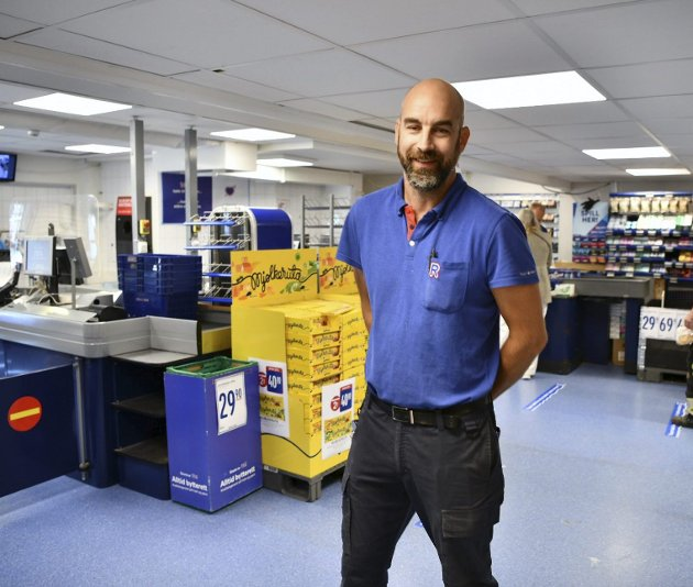 Kjøpmann Håvard Glosvik har konkludert med at betjente kasser er bedre – og kundene gleder seg. FOTO: Rune Johansen