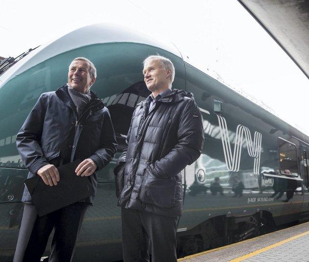 Styreleder Dag Mejdell (til venstre) og konsernsjef Geir Isaksen presenterte i går det nye navnet på Norges Statsbaner. Vy er svært lite å være kry av – uansett hvor mye det nye navnet koster.foto: Berit Roald, NTB scanpix