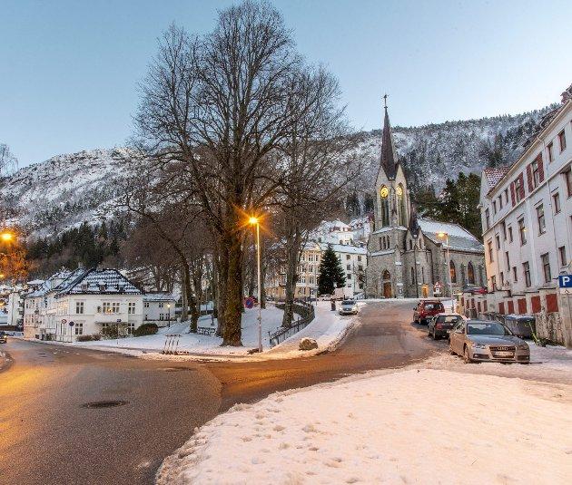 Politikerne vil ha underjordisk stoppested for Bybanen til Åsane her ute ved Sandviken kirke. Det kan bli veldig dyrt i forhold til et stopp nede i Sjøgaten, og i forhold til et lavt antall passasjerer daglig. Foto: Eirik Hagesæter