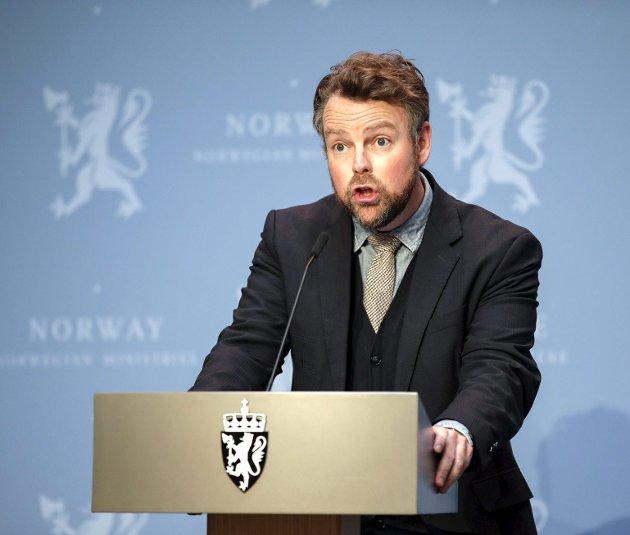 Arbeidsminister Torbjørn Røe Isaksen (H) mottok i går et langt bedre forslag til ny sykelønnsordning fra sysselsettingsutvalget. Nå gjelder det bare at regjeringen også tar til fornuft og glemmer karensdagene. Foto: Jill Yngland/NTB