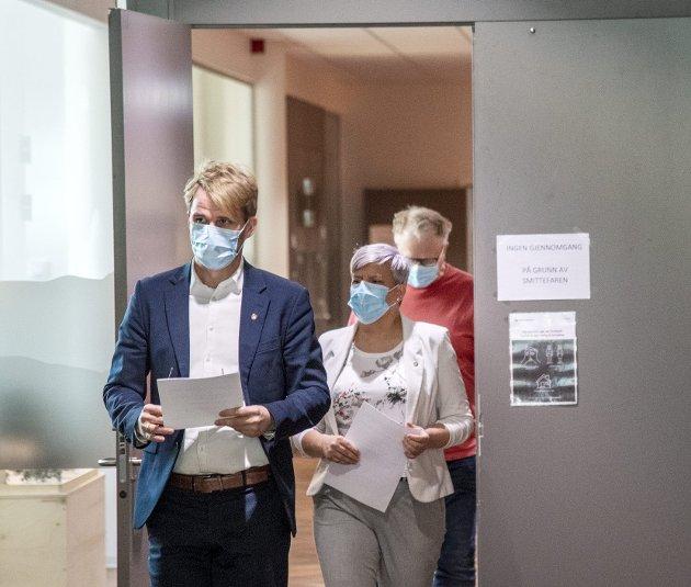 Byrådsleder Roger Valhammer (Ap), helsebyråd Beate Husa (KrF) og medisinsk fagsjef Trond Egil Hansen på vei inn til mandagens pressekonferanse der de presenterte nye tiltak mot korona. FOTO:  EIRIK HAGESÆTER