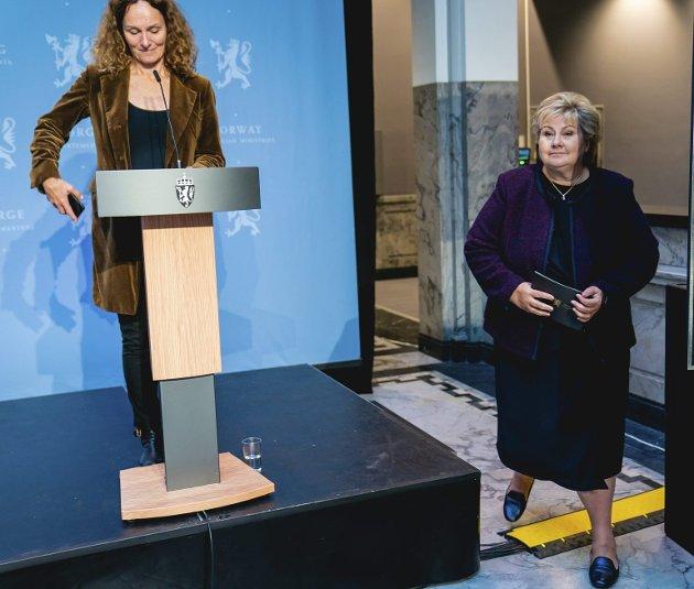 FHI-sjef Camilla Stoltenberg (til venstre) bør nok passe bedre på sine småsjefer slik at de ikke snakker ned bruken av munnbind. Til høyre står statsminister Erna Solberg (H). Arkivfoto: Stian Lysberg Solum