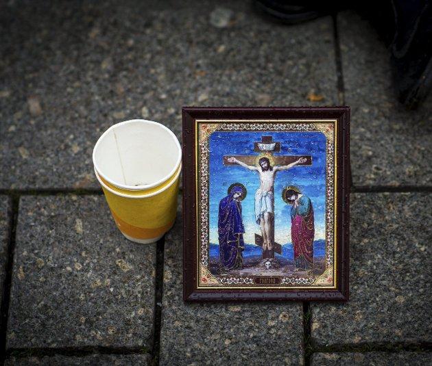 TOMT BEGER: Mange av byens tiggere er sterke i troen. Nå håper de bønn kan hjelpe dem gjennom kommende vinter.