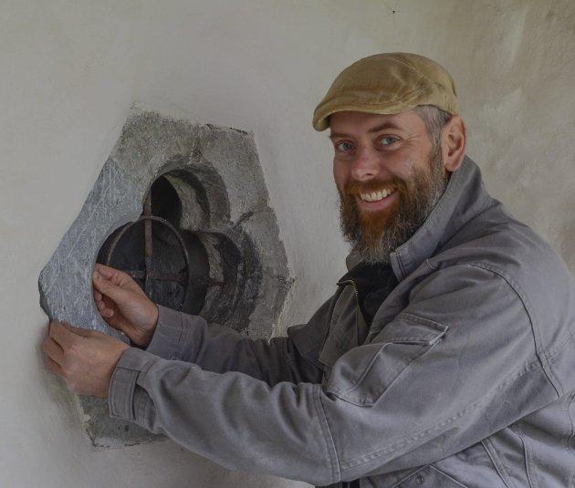 Perfeksjon: steinhoggar Espen Sørburø driv med millimeterpresisjon.