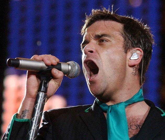 Kryper til korset: Robbie Williams selger ikke plater lenger, men håper den nye juleplata treffer et bredt publikum.arkivbilde