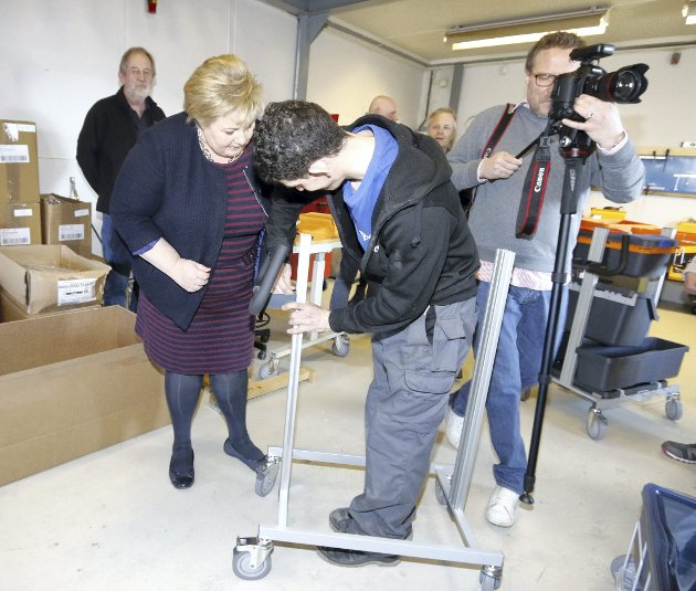 PRØVDE SEG: Statsministeren fikk prøve seg selv. Men det var best at Henrik Gjertsen Kjelgård sjekket at hun hadde gjort ordentlig jobb.