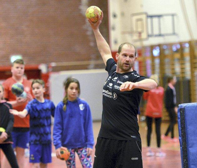 Organiserte fritidsaktiviteter skal være et sted hvor man opplever trygghet og glede, skriver artikkelforfatterne – slik som det er når Kjetil Gimnes og KHK (bildet) arrangerer håndballskole i Kristiansund.