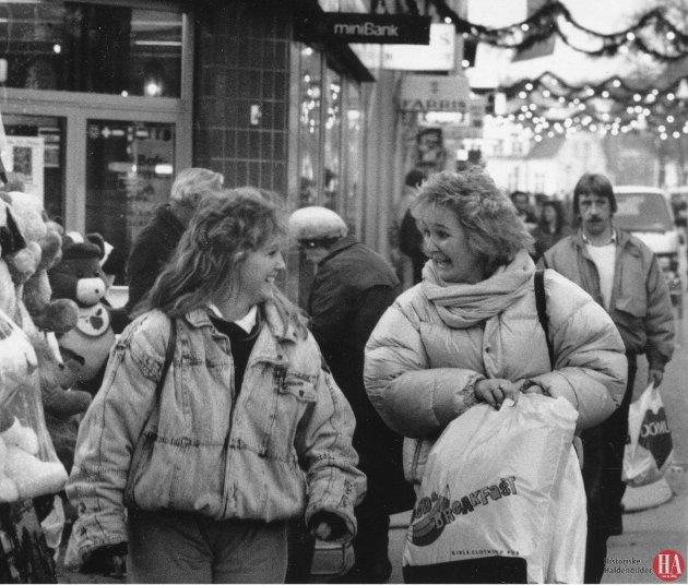 Nå starter langspurten mot julaften. I morgen lar handelstanden søndag være søndag og åpner dørene for julehandelen.  Publisert: 12. desember 1987