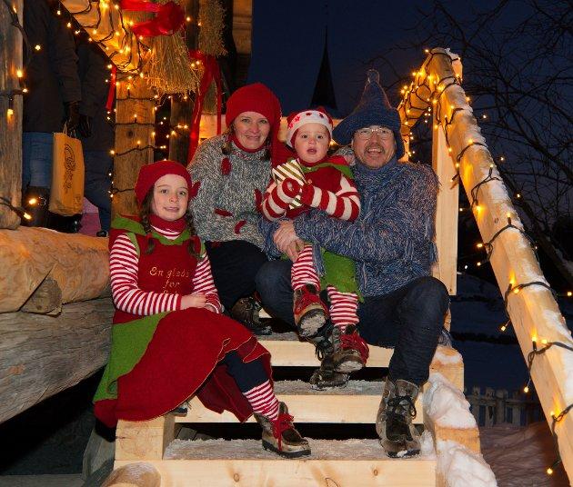 PRESTEFAMILIEN: Sokneprest Ola Døhl, Cecilie Oppedal og barna Nathalie og Emanuel inviterte til storslått julemarked hjemme på prestegården.