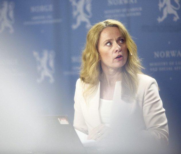 Tar fra flyktninger: Minister Anniken Hauglie presenterte mandag en rekke kutt. Som kan få alvorlige effekter om noen tiår.foto: torstein bøe ntb scanpix