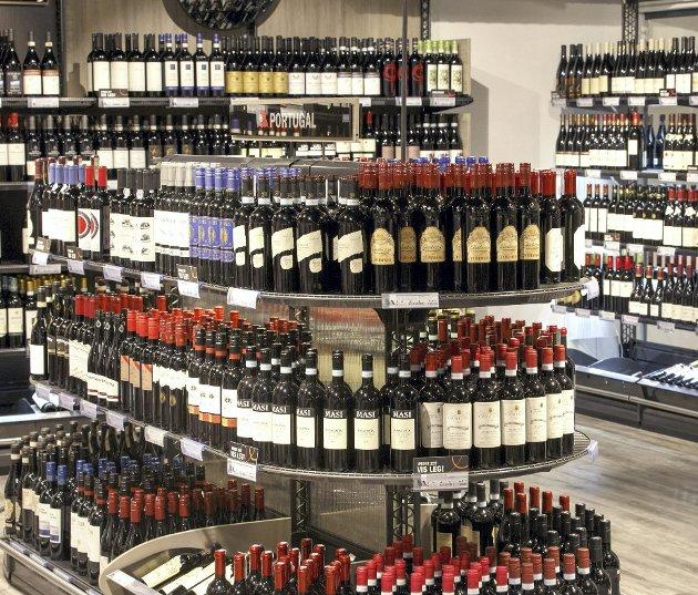 Vinmonopolet sørger for et fantastisk utvalg av vin, brennevin og øl over hele landet. Men taxfreeordningen setter monopolet under press.