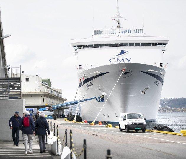 «Magellan»: Cruiseskipet var innom Bergen sist onsdag. I løpet av sommeren kan det være grenser for hvor mange skip som kan legge til kai, men Bergen kan uansett ikke bli byen som bare slipper inn de rikeste cruiseturistene. foto: Skjalg Ekeland