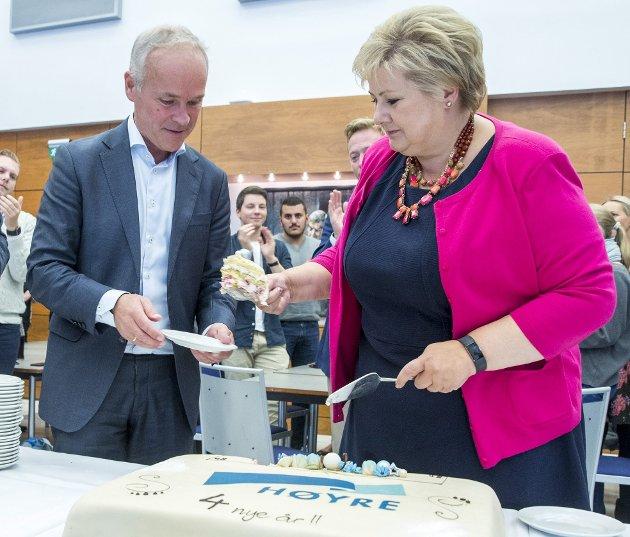 Statsminister Erna Solberg (H) deler her ut kake til nåværende finansminister Jan Tore Sanner (H) etter valgseieren i 2017. Nå deler regjeringen rundhåndet ut korona-midler, men nekter arbeidsledige feriepenger. Arkivfoto: Terje Pedersen/ANB