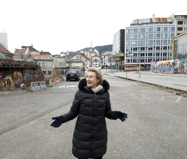 Inger-Lise Skarstein er leder for Bergen lokallag av Fortidsminneforeningen, og synes det er pinlig at gjenoppbyggingen av Ekserserhuset ennå ikke er i gang. Slik bystyret vedtok i 2016.foto: Skjalg Ekeland