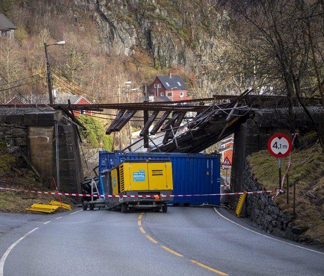 Jernbanebroen over Hardangerveien ble bokstavelig talt kjørt ned sist fredag. Nå haster det å få den reparert igjen slik at veteranjernbanen igjen kan rulle for fullt. Foto: Emil W. Breisten