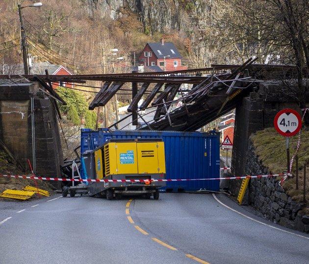 Fylkets broansvarlige dukket opp som troll av eske og fortalte at jernbanebroen kanskje ikke ville bli satt opp igjen etter  «kollisjonen» 12. mars. Bane Nor lover nå at den fredede broen blir gjenoppbygd. Arkivfoto: Emil Weatherhead Breistein