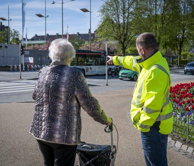 Skyss viser stadig mindre interesse for eldre passasjerer uten smarttelefon skal få kjøpt billett. Det er på tide at  det igjen blir mulig for alle å få kjøpt billett. Arkivfoto: Kristine Ristesund