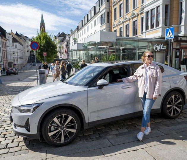 Linda Hopland er en svært fornøyd eier av el-bil, med god grunn. Staten bidrar med saftige avgiftskutt. Jo dyrere og større el-bil, jo mer i avgiftskutt. Helt motsatt av det som tidligere har gjort Norge til et såkalt bærekraftig samfunn.