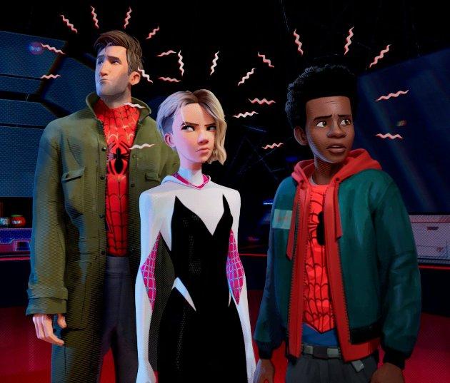 PÅ LAG: Fra venstre Spiderman, Spiderwoman og Miles som gjerne vil bli den nye Spiderman.