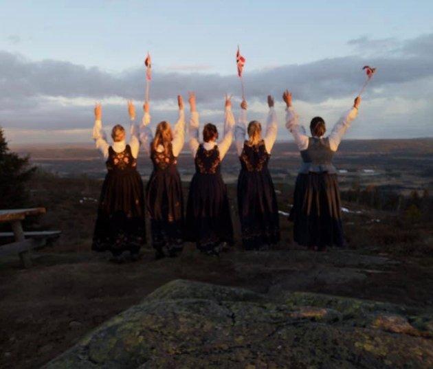 Jentegjengen pakket flagg og bunad i sekken og satte turen opp mot Blåenga for å få med seg solnedgangen!