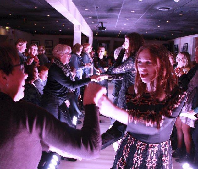 Varm i trøya: Noen av kveldens lokale mannekenger bød publikum opp til dans på catwalken. Alle foto: Mariann L. Dahle