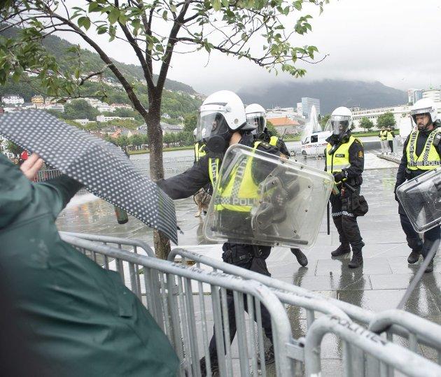 – Jeg ble redd da politiet brukte tåregass mot oss, skriver innleggsforfatteren. Foto: Peter Forrás