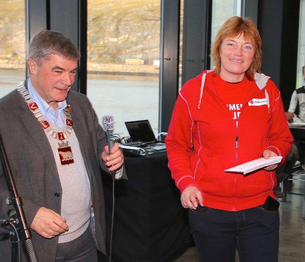 Fra årets internasjonale lunsj i Hammerfest. Ordfører Alf E Jakobsen gir penger til årets TV-aksjon. Her med dagens leder av Hammerfest Røde Kors Torunn Røysland.