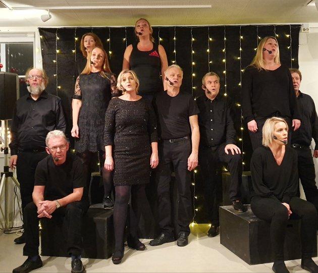 Trampeklapp til samtlige 11 medlemmer i revygruppen Løyeblikk under lørdagens forestilling.