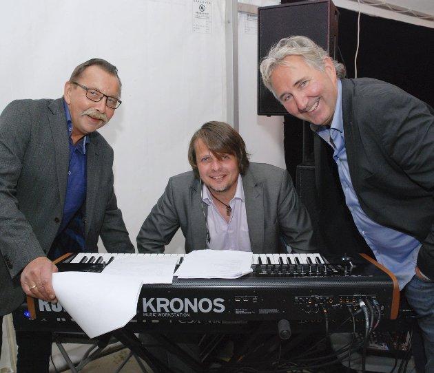 TRIOEN BAK: Programlederne Odd-Einar Utsi og Odd Rune Hansen flankerer musiker Birkir LG Jullum, islending bosatt på Lyngseidet med kone fra Kunes. Høflig nok har han tatt hennes etternavn.