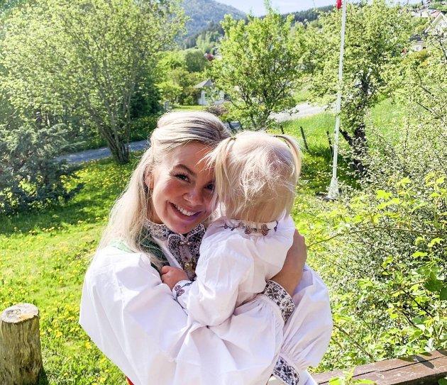– Norge må følge Danmarks eksempel, slik at familier som venter et barn med Downs får sette flere punktum enn spørsmålstegn, skriver Thea Akselberg Sætre, her med datteren Emma (2).