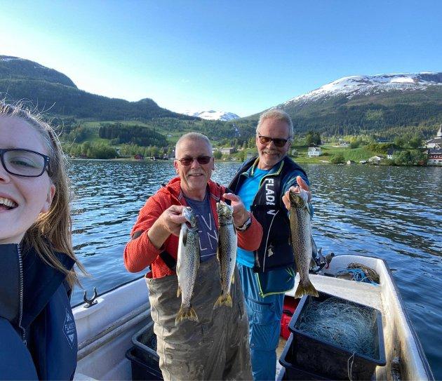 RADIO: – Ikke mye «Oslo-humor» over denne gjengen. Derimot mye godt humør og solskinn rett i øret. Mange som kjørte forbi Jølstravatnet i morges, tutet og vinket til trioen. Tipper det var fordi de likte det de hørte, skriv Dyveke Buanes. Frå venstre reporter Elise Kvien, Frode Årdal frå Jølstramusset og Egil Tefre som driv Jølvassbu camping.