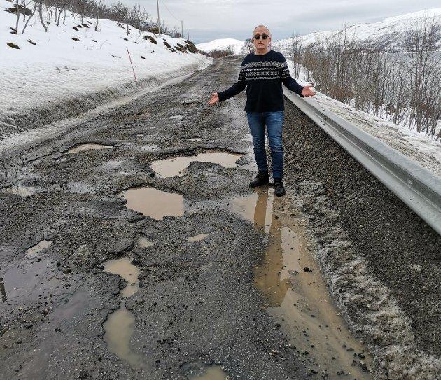 En oppgitt bilist Arild Buanes på fylkesveien til Kvaløyvågen på Kvaløya for et par uker siden.