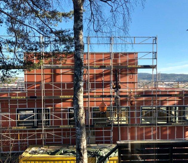 Etasje tre på nabobygget er ferdig, og resten av utsikten fra stuevinduene har forsvunnet. I stedet for en fantastisk utsikt over Lørenskog, ser vi nå rett inn i en vegg.