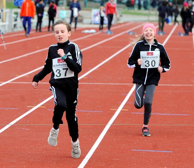 11-åringene Linea Haug Karlsen (t.v.) og Emma Constanse Johansen fra LIF koste seg på Stampa.