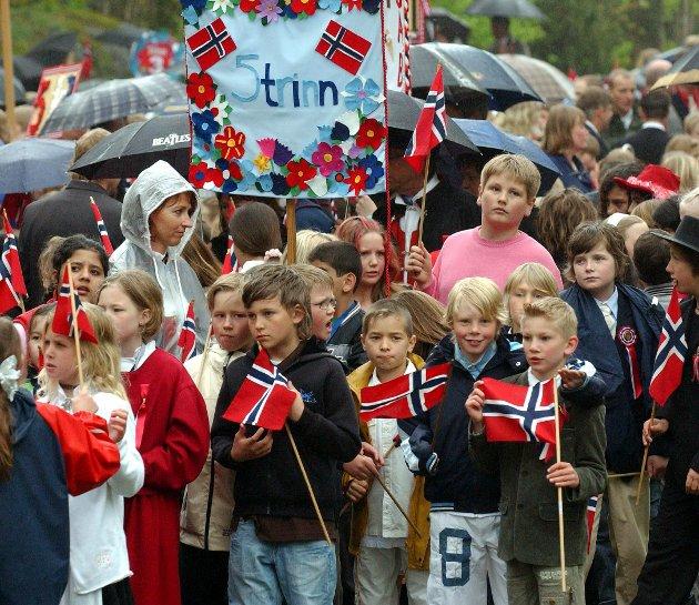 Barnetoget 2006: Barnetoget går i regn fra Preståsen.