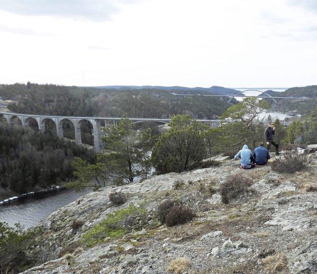 Fra Hjelmkollen kan du se begge Svinesund-bruene. Utsikten imponerer, og det er satt opp noen bord og benker for dem som vil nye medbrakt niste. (Foto: Erling Bakken)