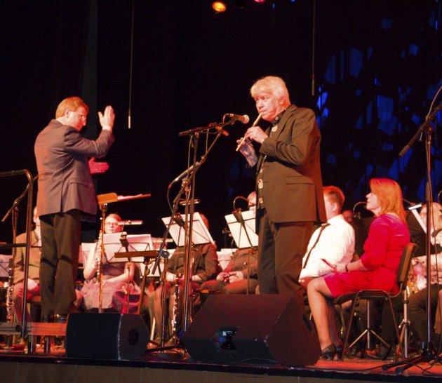 GAMMEL OG NY: Korpsets første dirigent, Per Thorbjørn Verket, fikk også en gjesteopptreden, mens nåværende dirigent, Knut Harald Jensen, i stedet tok fram fløyta.